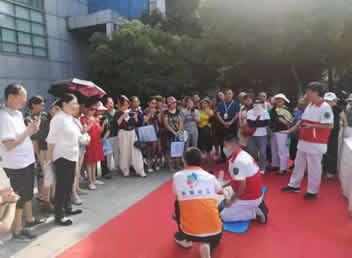 我院在华阳广场开展健康进社区公益义诊活动
